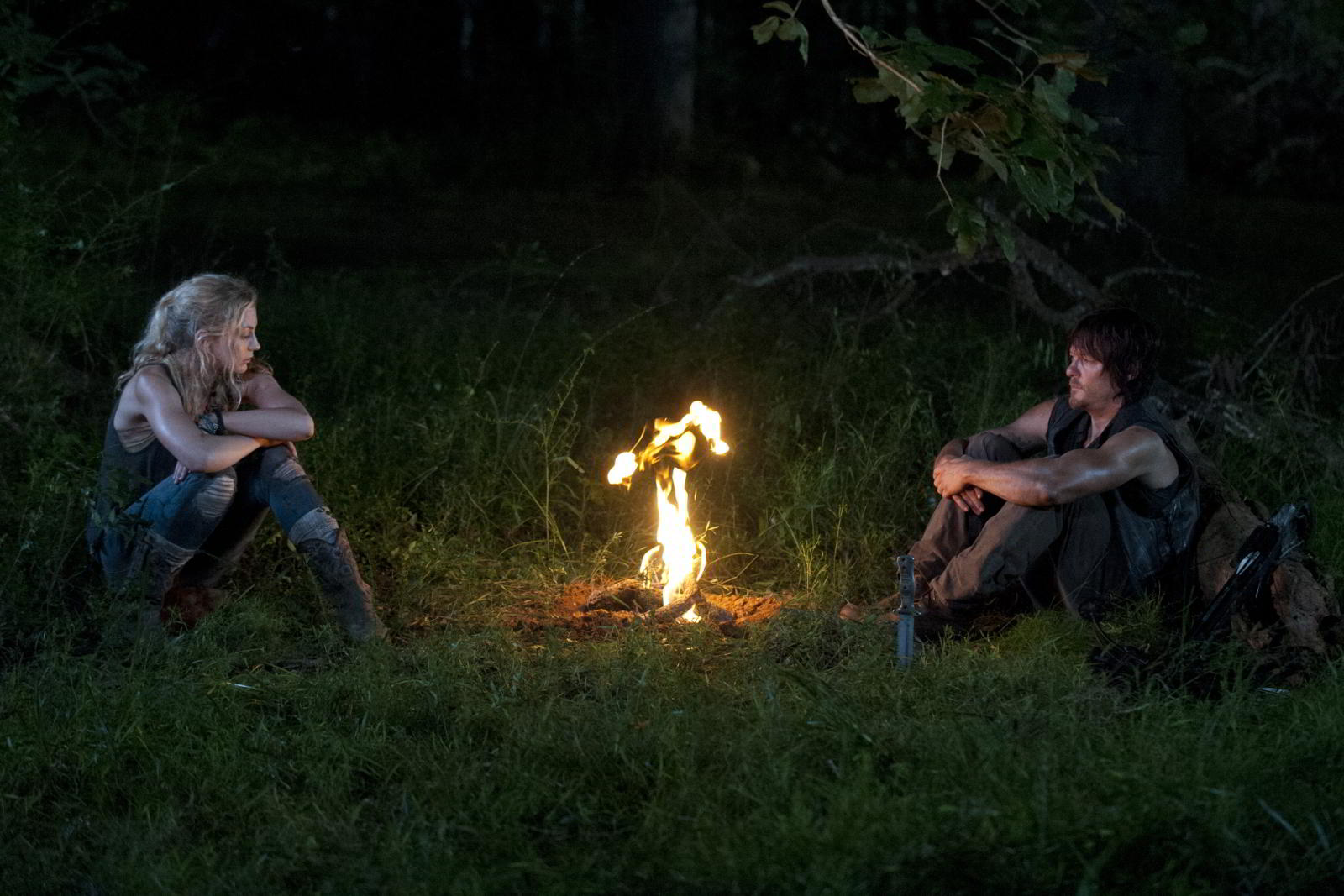 walking-dead-s4-e10-inmates-beth-and-daryl-campfire