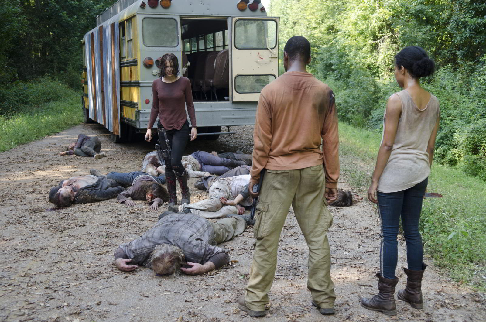 walking-dead-s4-e10-inmates-maggie-sasha-bob-over-dead-bus-zombies