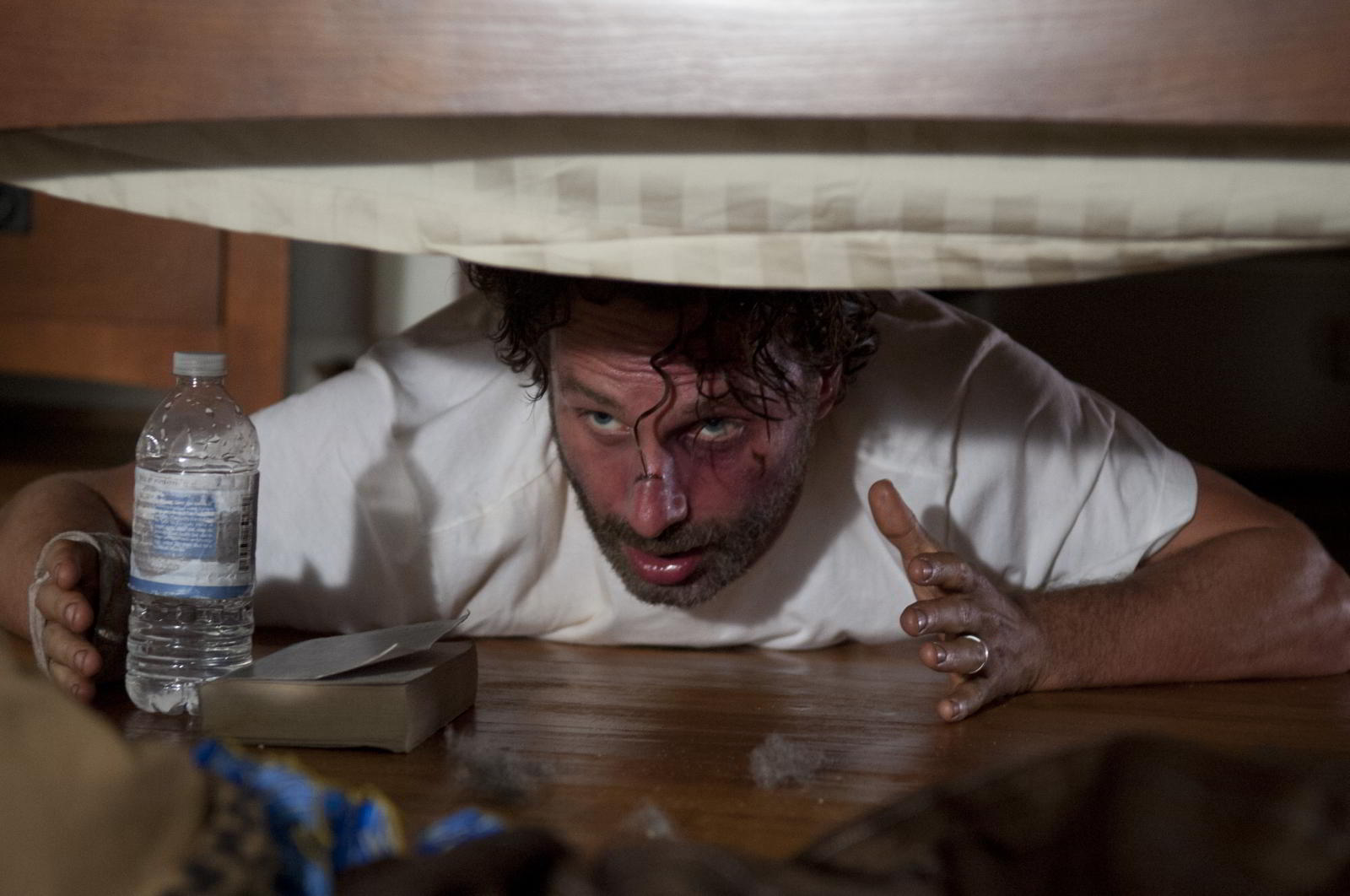 walking-dead-s4-ep11-claimed-rick-under-bed