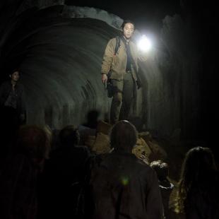 walking-dead-s4-e15-us-glenn-in-tunnel-3x3