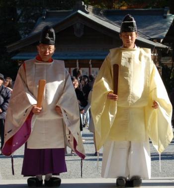 shinto-priests-tsurugaoka-hachimangu-kamakura